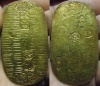 Koban o 1 Ryō. (Genbun Koban). Shogunato Tokugawa. Japón. Ceca: Kinza (Actual barrio de Ginza)/ Edo (Tokio). 1736-1818. Peso: 13,03 gr. Metal: Metal principal Oro de 653 Milésimas y metal secundario Plata de 347 Milésimas. Diámetro: 67mmX36mm. Canto: Liso. Conservación: MBC+. Tirada total durante los 82 años en que se acuño este tipo: 17.435.711. KM. C#22  Fue el segundo tipo de Koban que durante mas años se acuño, un total de 82 años. Aunque su tirada pueda parecer grande, para estas acuñaciones lo cierto es que hubieron otros mas recientes como por ejemplo el Bunsei Koban (1819-1828) que tenia de tirada 11.043.360 acuñados durante solo 10 años, lo que es relativamente una tirada mucho mayor. También hubieron otros mas antiguos como el Kyoho Koban (1714-1736) que se acuño durante 22 años con una tirada relativamente mayor para este tiempo 8.280.000.