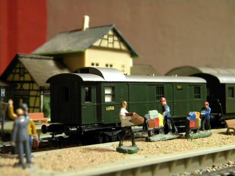 Kleinbahn-D-Zug-Wagen aus den frühen Fünfzigern des vorigen Jahrhunderts im Einsatz mit Fleischmann-Lok 00226