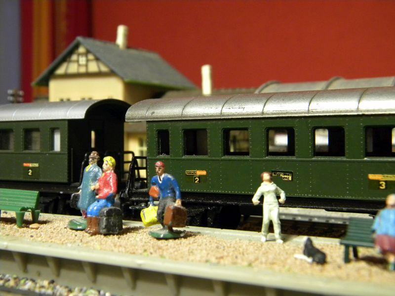 Kleinbahn-D-Zug-Wagen aus den frühen Fünfzigern des vorigen Jahrhunderts im Einsatz mit Fleischmann-Lok 00327