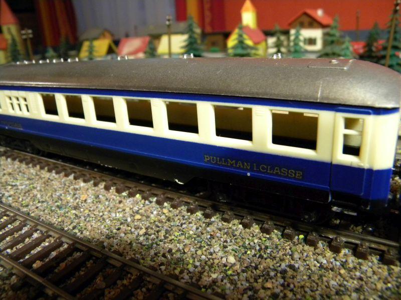 Kleinbahn-D-Zug-Wagen aus den frühen Fünfzigern des vorigen Jahrhunderts im Einsatz mit Fleischmann-Lok 00823