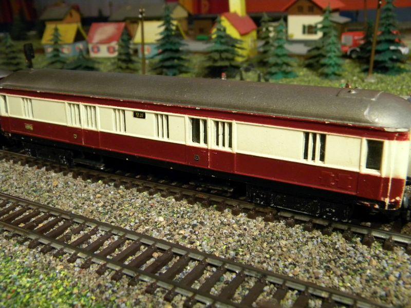 Kleinbahn-D-Zug-Wagen aus den frühen Fünfzigern des vorigen Jahrhunderts im Einsatz mit Fleischmann-Lok 01220