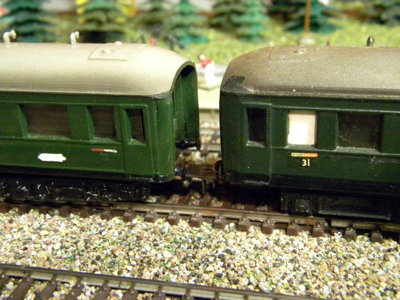 Kleinbahn-D-Zug-Wagen aus den frühen Fünfzigern des vorigen Jahrhunderts im Einsatz mit Fleischmann-Lok 01320