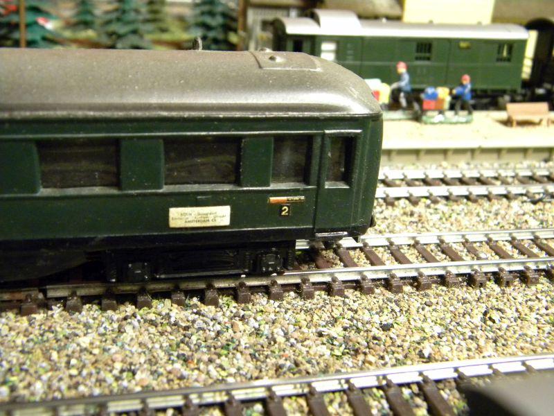 Kleinbahn-D-Zug-Wagen aus den frühen Fünfzigern des vorigen Jahrhunderts im Einsatz mit Fleischmann-Lok 01416